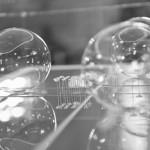 Luisa Mazza - Divenire, (particolare installazione), vetro soffiato, acciaio, plexiglass, cm 220x120x80, 2014